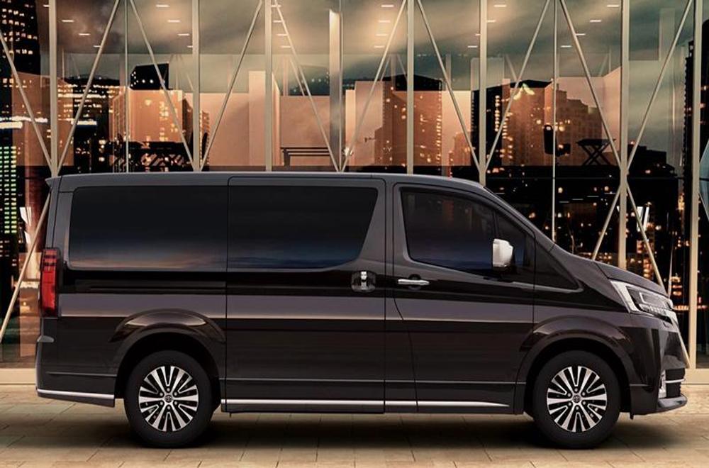 Toyota Granvia 2020 ได้รับการปรับดีไซน์ให้สปอร์ตมากยิ่งขึ้นผ่านเส้นสายบนตัวรถที่สื่อถึงความทันสมัย กระจกมองข้างปรับและพับได้ด้วยไฟฟ้าพร้อมไฟเลี้ยวในตัว และ มือจับประตูด้านนอกสีโครเมียม