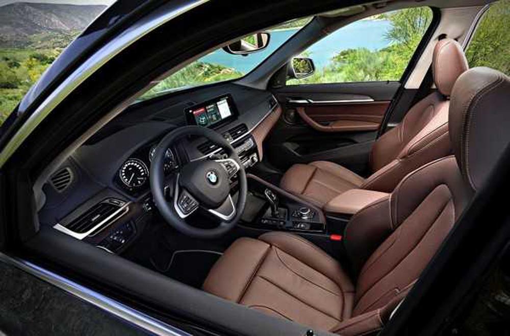 BMW X1 2019 ได้รับการติดตั้งเบาะนั่งหุ้มด้วยหนังแท้ปรับระดับได้ด้วยไฟฟ้า เสริมด้วยหน้าจออินโฟเทนเมนต์ระบบสัมผัสขนาด 8.8 นิ้ว พร้อมระบบ BMW iDrive Controller