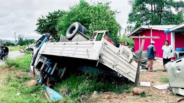 รถบรรทุก 6 ล้อ ISUZU สีขาว ป้ายทะเบียน 80-9136 ประจวบคีรีขันธ์