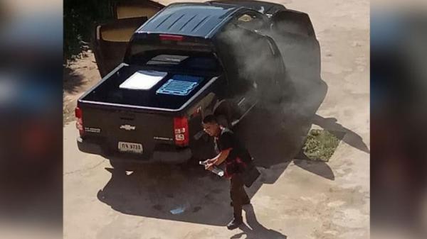 รถกระบะจอดกลางแจ้ง ควันโขมงคลุ้งห้องโดยสาร