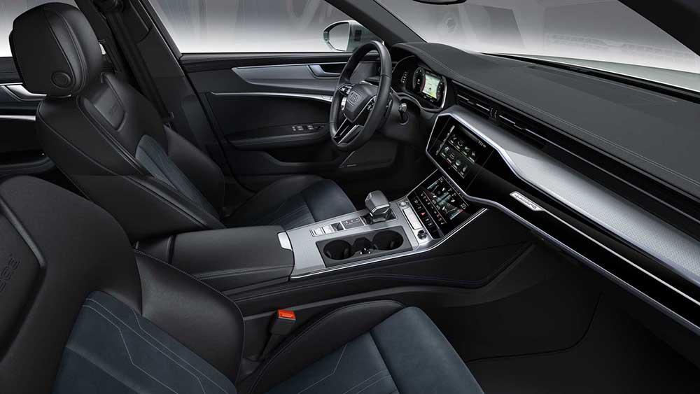 ในห้องโดยสารใช้หนังและผ้าสีดำเป็นอุปกรณ์มาตรฐาน และใช้ระบบ Infotainment เหมือนกับ A6 และ A7 โดยมีจอขนาด 10.1 นิ้วในรุ่นสูงสุด ขณะที่รุ่นรองลงมาใช้จอขนาด 8.6 นิ้ว ในขณะที่มีระบบแสดงข้อมูลผู้ขับ Audi Virtual Cockpit พร้อมจอ 12.3 นิ้วเป็นอุปกรณ์เสริม