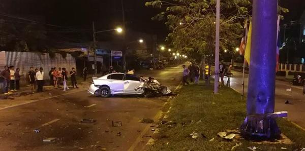 อุบัติเหตุรถเก๋งเสียหลักพุ่งชนเสาไฟฟ้าแกะกลางถนน