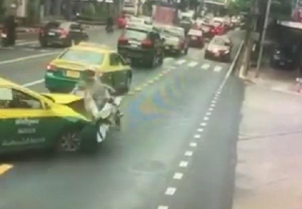 แท็กซี่ พุ่งชน รถจยย. นำขบวน รองผู้บัญชาการทหารสูงสุด อย่างจัง