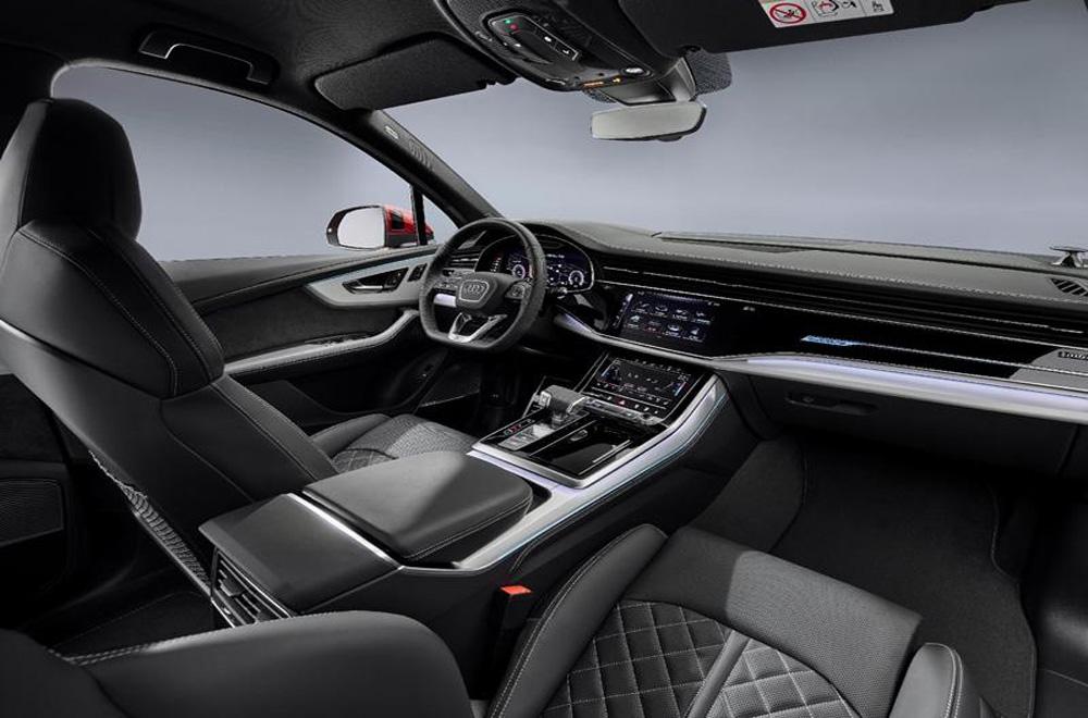 Audi Q7 2020 ได้รับการติดตั้งระบบอินโฟเทนเมนต์บนหน้าจอระบบสัมผัสขนาดใหญ่ คอนโซลเกียร์ก็ได้รับการปรับให้ดูโดดเด่นมากยิ่งขึ้นด้วยการติดตั้งวัสดุสีเงินและหัวเกียร์ตกแต่งด้วยวัสดุแบบพิเศษ
