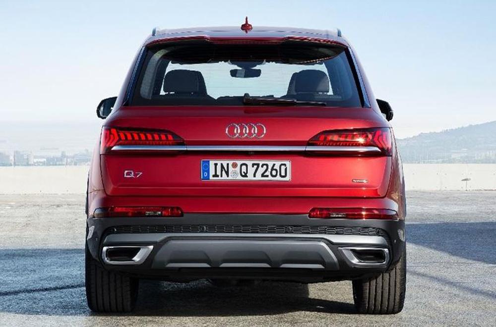 ด้านหลัง Audi Q7 2020 ได้รับการปรับเพิ่มไฟท้ายแบบ LED เสริมด้วยการติดตั้งแถบโครเมียมบริเวณประตูท้าย ดิฟฟิวเซอร์สีเทา ท่อไอเสียแบบคู่ตกแต่งปลายท่อด้วยวัสดุโครเมียม และ ไฟเบรกดวงที่ 3 แบบ LED