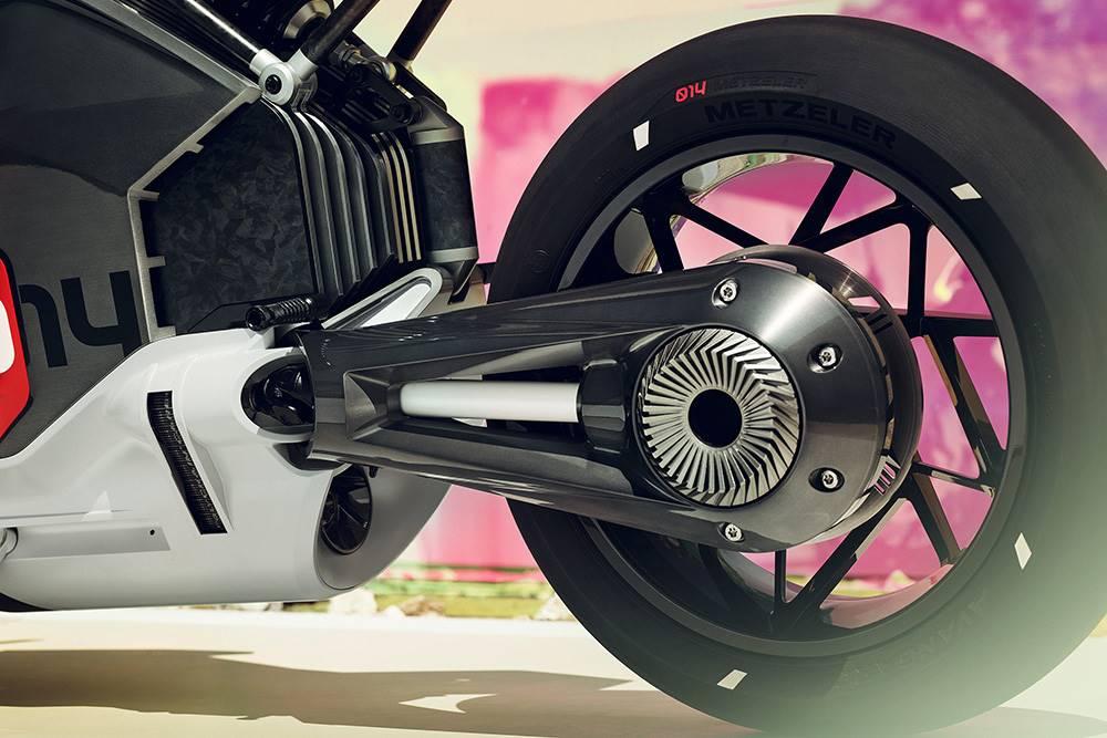 อเตอร์ที่ใช้ขับเคลื่อน BMW Motorrad Vision DC Roadster ติดตั้งอยู่ใต้แบตเตอรี่ที่กินพื้นที่ไปมาก ซึ่งจริง ๆ แล้วมอเตอร์เองมีขนาดกะทัดรัดและเชื่อมต่อกับเพลากลางเพื่อส่งกำลังขับเคลื่อนไปยังล้อหลังโดยตรง