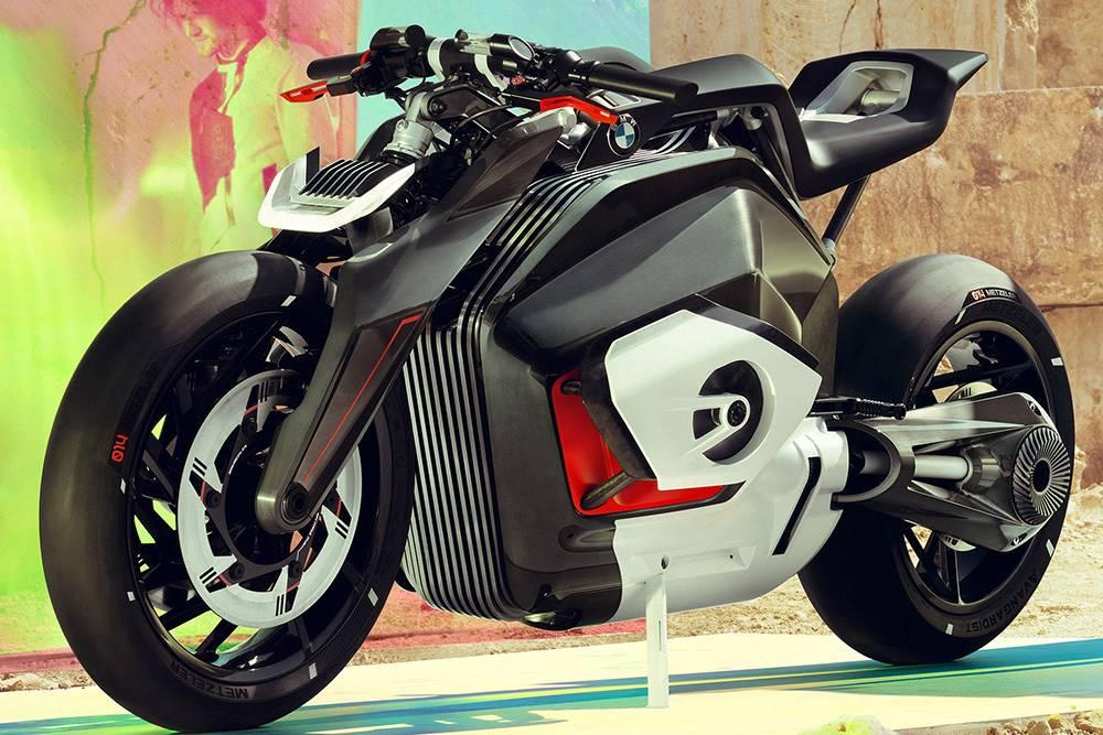 BMW Motorrad Vision DC Roadster คือต้นแบบบิ๊กไบค์จาก BMW Motorrad เพื่อตอบคำถามที่ว่า เมื่อยุคสมัยกำลังจะเปลี่ยนไปสู่พลังงานไฟฟ้า มอเตอร์ไซค์ของ BMW จะมีหน้าตาอย่างไร