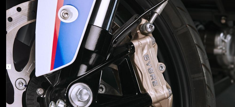ประทับใจสิงห์นักบิดทั้งรุ่นใหญ่และรุ่นเล็กด้วยคาลิปเปอร์เบรกสีทอง ที่มีระบบเบรก ABS เพื่อเพิ่มความปลอดภัยในทุกสนาม