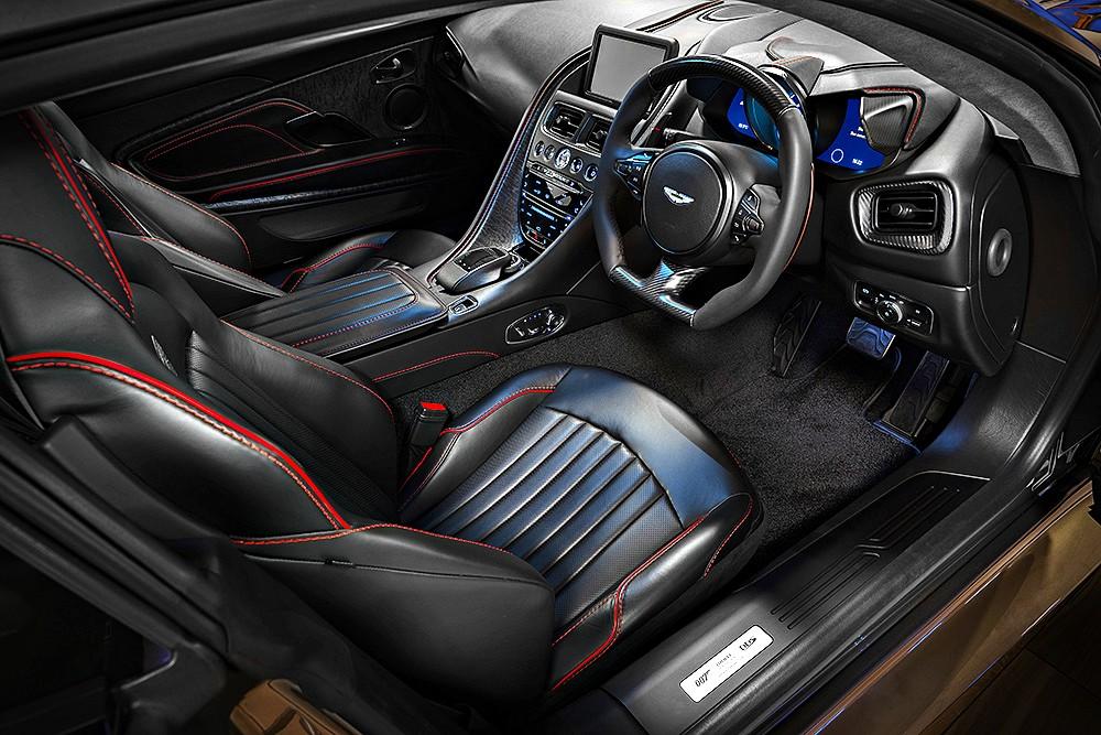 ภายในของ Aston Martin DBS Superleggera Special Edition ยังรักษาบรรยากาศเก่า ๆ ของ Aston Martin DBS ในภาพยนตร์บอนด์ ชุดที่ 6 คือการใช้สีดำและลอนเบาะลายตั้งดั้งเดิม