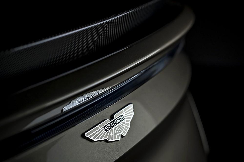 ตราสัญลักษณ์ Aston Martin สไตล์อนุรักษ์ ลงด้วยสีอีนาเมลด้านท้าย