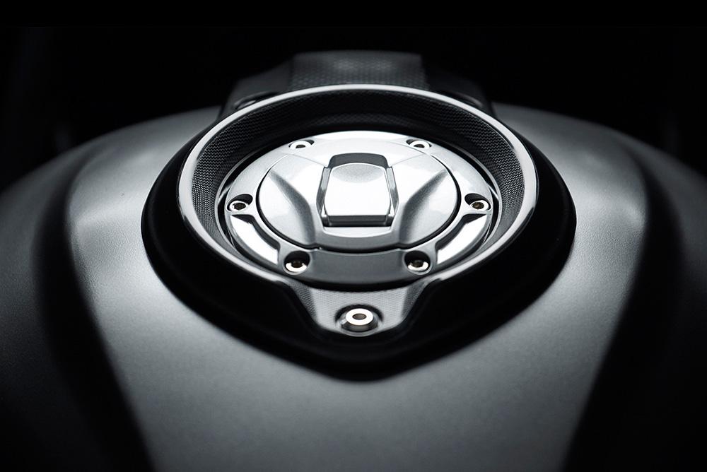 ฝาถังน้ำมันสุดเท่ห์ที่ออกแบบฟังก์ชั่นมาในแบบ รถสปอร์ตไซส์ 300cc