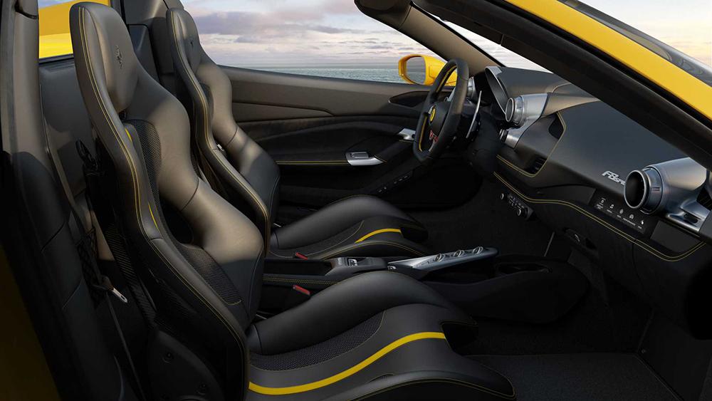 ภายในของ Ferrari F8 Spider  ยังคงความคลาสสิกและหรูหรา