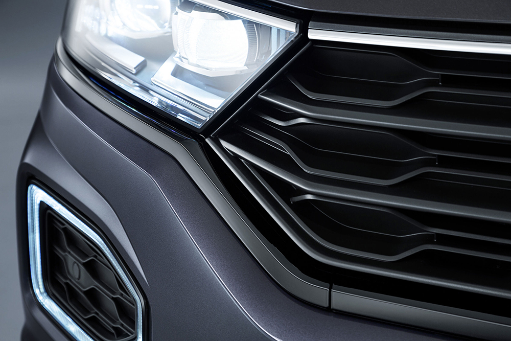 กระจังหน้าสีดำมันวาวสร้างความแตกต่างให้กับแสงพื้นสีขาว