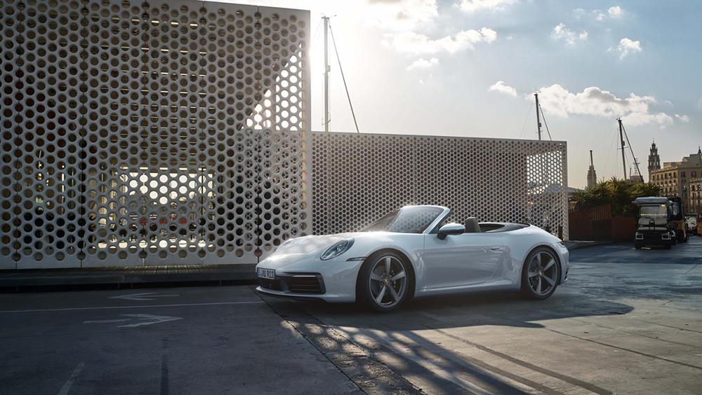 Porsche 911 Carrera 4มีทั้ง แบบ 2 ประตู คูเป้ และ 911 Carrera 4 Cabriolet แบบ 2 ประตู เปิดประทุน