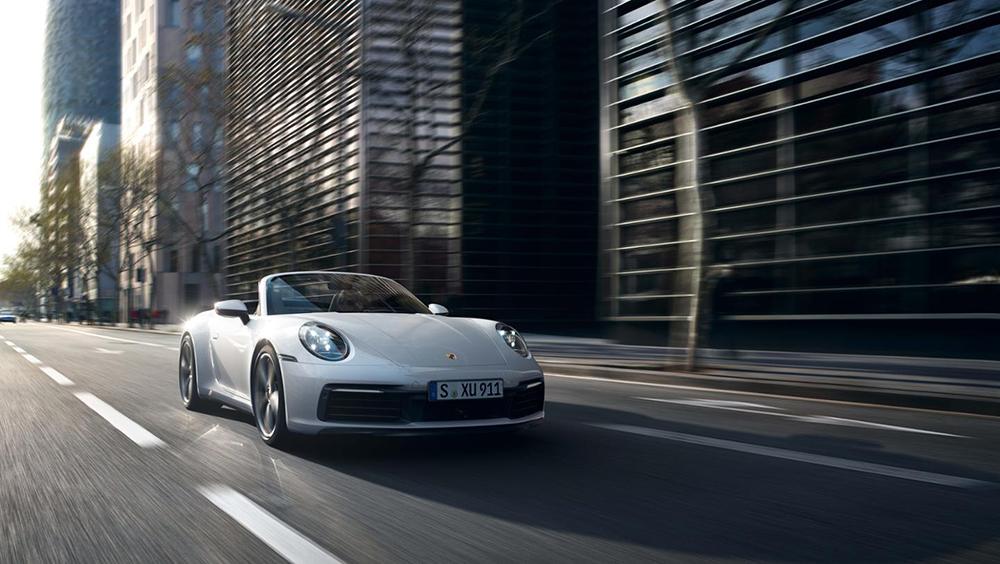 ดีไซน์ของ Porsche 911 Carrera 4  ใหม่ หากนำไปเทียบกับ Porsche 911 Carrera  4S ที่เปิดตัวไปก่อนหน้าแทบไม่มีความแตกต่างกันมากนัก