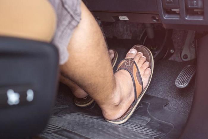 ใส่รองเท้าแตะขับรถผิดกฎหมาย หรือไม่?