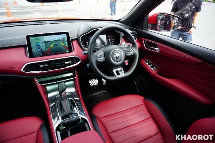 ภายในของ MG HS 2020 ใช้สีดำสลับแดง