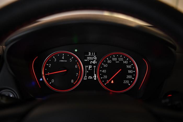 หน้าจอแสดงข้อมูลการขับขี่ พร้อมมาตรวัดเรืองแสงสีแดง