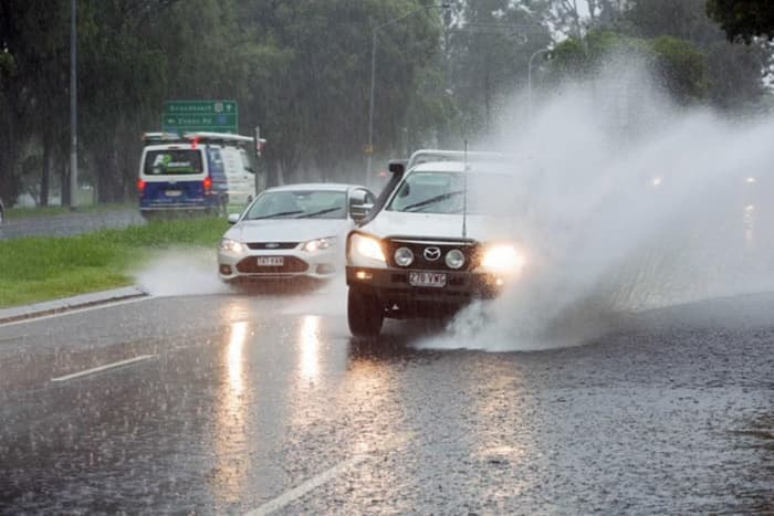 ขับรถเหยียบน้ำกระเด็นใส่คนอื่น ผิดกฎหมาย