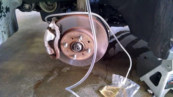 วิธีไล่ลมเบรครถยนต์ ตัดปัญหาเบรคจม