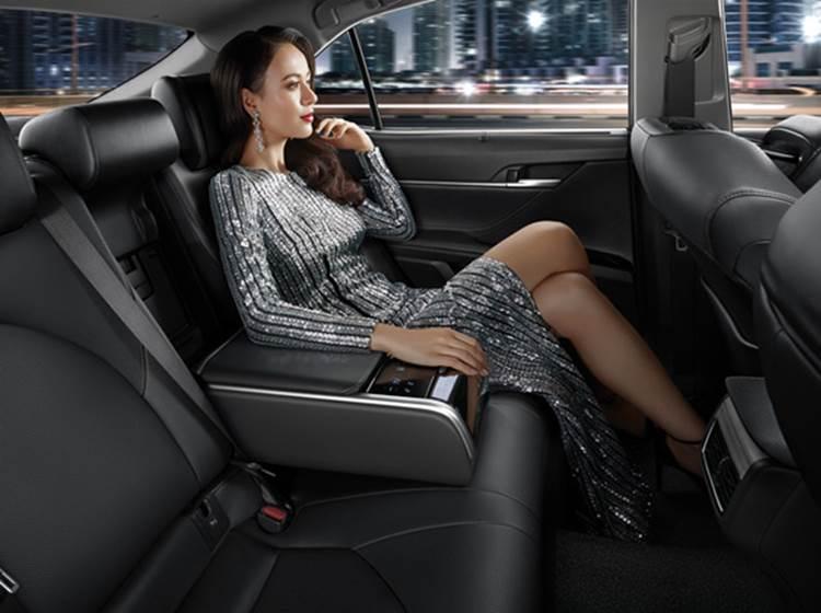 ภายในบริเวณที่นั่งของผู้โดยสารของ Toyota Camry 2019