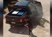 ร้อนเป็นไฟ!!! รถกระบะจอดกลางแจ้ง ควันโขมงคลุ้งห้องโดยสาร คาดอากาศร้อนจัด