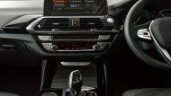 ภายใน BMW X3 xDrive 20d xLine 2018 ถูกตกแต่งอย่างหรูหราพร้อมฟังก์ชั่นอำนวยความสะดวกครบครัน เสริมด้วยนวัตกรรมหน้าจอ iDrive ขนาด 10.25 นิ้ว สามารถสังการด้วยระบบสัมผัส และ ท่าทางได้ - 3