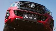 Toyota Hilux Revo Rocco ได้รับการติดตั้งกระจังหน้าสีทูโทนเทา-ดำเงา กันชนหน้าสีเดียวกับตัวรถ กระจกมองข้างสีดำเมทัลลิกปรับและพับด้วยไฟฟ้าพร้อมไฟเลี้ยวในตัว - 1
