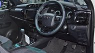 Toyota Hilux Revo Rocco อัดแน่นไปด้วยฟีเจอร์พื้นฐานภายในอย่างเต็มเหนี่ยวด้วยพวงมาลัยหุ้มหนังตกแต่งด้วยแถบสีดำเมทัลลิกปรับระดับได้ 4 ทิศทาง พร้อมสวิทช์ควบคุมเครื่องเสียง-หน้าจอ Mid บนพวงมาลัย - 3