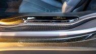 ส่วนภายในก็มีการใช้สีทองตกแต่งในบางจุด เช่น พื้นใต้โลโก้ BMW บนพวงมาลัย กรอบช่องแอร์และคอนโซลกลางรอบฐานเกียร์ ป้ายทองคำแกะชื่อรุ่นพิเศษ BMW  STARLIGHT Edition one of one (มีรุ่นละคันเดียว) - 8