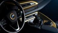 ส่วนภายในก็มีการใช้สีทองตกแต่งในบางจุด เช่น พื้นใต้โลโก้ BMW บนพวงมาลัย กรอบช่องแอร์และคอนโซลกลางรอบฐานเกียร์ ป้ายทองคำแกะชื่อรุ่นพิเศษ BMW  STARLIGHT Edition one of one (มีรุ่นละคันเดียว) - 7