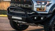 Ford Ranger Raptor ให้ความโดดเด่นด้วยชุดกันชนหน้าดุดันในสีดำเข้ม เพิ่มความสะดุดตาด้วยกระจังหน้าสี่เหลี่ยมคางหมูที่ติดมาพร้อมกับโลโก้ฟอร์ดตัวพิมพ์ใหญ่ - 1