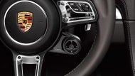 สัญลักษณ์  Porsche บริเวณพวงมาลัย พร้อมระบบเซฟตี้ภายในพวงมาลัย และตำแหน่งอุปกรณ์การใช้งานต่างๆ ถูกย่อส่วนสาระสำคัญไว้บนพวงมาลัย เพื่อความสะดวกขึ้น  - 6