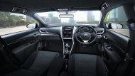 Toyota Yaris 2018 ได้รับการตกแต่งภายในโทนสีดำ โดดเด่นด้วยวัสดุตกแต่งคอนโซลหน้าสีเงินเมทัลลิก เบาะนั่งหุ้มด้วยผ้าสีดำ เบาะนั่งด้านคนขับสามารถปรับระดับสูงต่ำได้ ส่วนเบาะนั่งด้านหลังแยกพับได้แบบ 60:40 - 8
