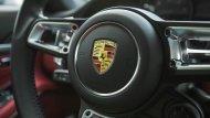 สัญลักษณ์ของ Porsche บนพวงมาลัย และการดีไซน์พวงมาลัยเพิ่มทัศนวิสัยบริเวณหน้าปัดวัดค่าให้มองเห็นได้ง่าย  - 9