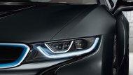 BMW i8 Coupe 2018 สวยโดดเด่นตั้งแต่ไฟหน้าแบบ LED มาพร้อมกับเทคโนโลยีสุดล้ำด้วยไฟเลเซอร์ภายในกรอบรูปตัว U เพื่อช่วยเพิ่มแสงสว่างให้กับไฟหน้าทำให้มีความชัดเจนมากขึ้นในเวลากลางคืนหรือช่วงเวลาฝนตก - 3