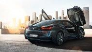 ประตูของ BMW i8 Coupe 2018 เป็นประตูแบบปีกนกที่เปิดกางขึ้นไปด้านบน ดีไซน์แบบไร้ขอบหน้าต่าง  - 4