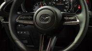 สีเบจ ติดตั้งหน้าจอ Infotainment ขนาด 8.8 นิ้ว มีปุ่มควบคุมบริเวณคอนโซลกลาง พร้อมระบบ Mazda Connect  - 9