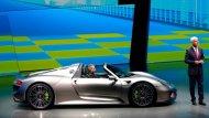 ปอร์เช่ 918 สไปเดอร์ (Porsche 918 Spyder) ซูเปอร์คาร์เปิดประทุน 2 ที่นั่นพกพาดีไซน์อันเป็นเอกลักษณ์ อาศัยแรงบันดาลใจจากรถสปอร์ตยอดนิยมของโลกอย่างปอร์เช่ 911 - 1