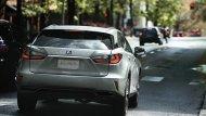 ด้านหลัง Lexus RX 450h ได้รับการติดตั้งไฟเบรกดวงที่ 3 แบบ LED ผสานกับชุดไฟท้ายขนาดใหญ่ดีไซน์โฉบเฉี่ยว  - 2