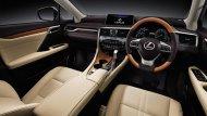 Lexus RX 450h ได้รับการตกแต่งภายในด้วยเฉดสีทูโทนดำ-ครีม คอนโซลหน้าตกแต่งด้วยสีดำคาดด้วยแถบโครเมี่ยม แผงประตูตกแต่งด้วยวัสดุหุ้มหนังสีดำ-ครีมพร้อมลายไม้  - 4