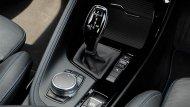 BMW X2 2019 ส่งกำลังด้วยระบบเกียร์อัตโนมัติ 7 สปีด พร้อม Steptronic Dual-clutch ที่ช่วยให้ผู้ขับขี่สามารถเปลี่ยนเกียร์ได้อย่างนุ่มนวลและไร้ซึ่งอาการกระตุก ติดตั้งปุ่มควบคุม iDrive ที่บริเวณคอนโซลเกียร์  - 1