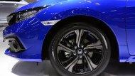 Honda Civic 2019 มาพร้อมกับล้ออัลลอยที่มีให้เลือกถึง 2 รูปแบบ ได้แก่ ล้ออัลลอยขนาด 16 นิ้ว พร้อมยางขนาด 215/55 R16 และ ล้ออัลลอยขนาด 17 นิ้ว พร้อมยางขนาด 215/50 R17  - 1