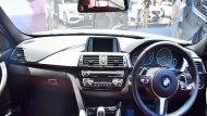 BMW 3 Series มาพร้อมกับพวงมาลัยมัลติฟังก์ชั่นหุ้มหนังแบบ M Sport ตกแต่งภายในด้วยอะลูมิเนียมลาย Hexagon พร้อมแถบสีดำเงา เพดานหลังคาภายในสี Anthracite ติดตั้งระบบปรับอากาศแบบอัตโนมัติแยกอิสระ 2 โซน - 5