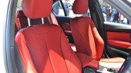 BMW 3 Series ได้รับการติดตั้งเบาะนั่งตอนหน้าแบบสปอร์ตผลิตด้วยหนังแท้ Dakota สามารถปรับได้ด้วยไฟฟ้าและบันทึกความทรงจำเฉพาะตำแหน่งคนขับ ติดตั้งพนักวางแขนสำหรับผู้โดยสารตอนหลัง - 6