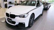 BMW 3 Series เพิ่มความโดดเด่นมากยิ่งขึ้นด้วยกระจังหน้าทรงไตคู่อันเป็นเอกลักษณ์ของ BMW ติดตั้งไฟส่องสว่างสำหรับการขับขี่กลางวันแบบ DRL รวมถึงชุดแต่งแบบ M มาเป็นออฟชั่นเสริมให้ - 2