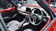 Mazda MX-5 RF 2019 มอบความประทับใจในทุกทริปการเดินทางผ่านการตกแต่งภายในด้วยโทนสีดำ เบาะนั่งภายในจำนวน 2 ที่นั่งหุ้มด้วยหนังแท้เย็บเก็บตะเข็บด้วยด้ายสีแดง แป้นปรับโหมดการขับขี่ตกแต่งด้วยวัสดุโครเมี่ยม  - 2