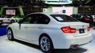 BMW 3 Series ได้รับการติดตั้งช่วงล่างแบบ M Sport ผสานกับการติดตั้งล้ออัลลอยแบบ M ขนาด 18 นิ้ว ลาย Star Spoke พร้อมยางขนาด 225/45 R18 สำหรับในล้อหน้า ส่วนล้อหลังติดตั้งยางขนาด 255/40 R18  - 9