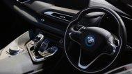 BMW i8 Roadster ได้รับการติดตั้งพวงมาลัยมัลติฟังก์ชั่นแบบ 3 ก้าน ตกแต่งด้วยแถบสีเงินติดตั้งสัญลักษณ์ BMW พร้อมปุ่มรับ-วางสายโทรศัพท์   - 6
