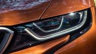 BMW i8 Roadster เพิ่มความโดดเด่นด้วยกระจังหน้าทรงไตคู่ ผสานเข้ากับไฟหน้าแบบ LED ที่ได้รับการติดตั้งฟังก์ชั่น Air Curtain กระโปรงหน้าคาดด้วยแถบสีดำรูปทรงตัว V ยาวไปจรดเข้ากับด้านท้ายรถ กระจกหน้าผลิตจากวัสดุคาร์บอนน้ำหนักเบา  - 2